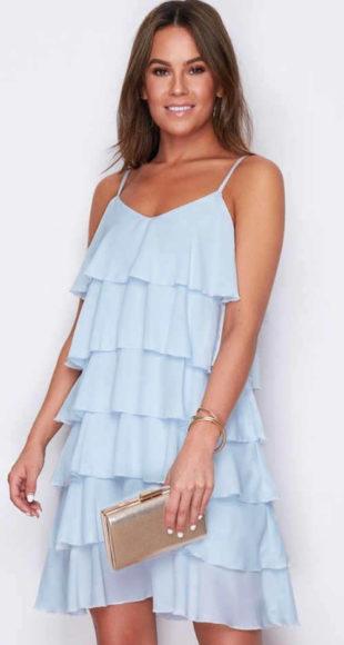 Volánovej krátke šaty na ramienka v modrom prevedení