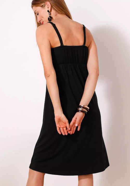 Čierne splývavé šaty s volánmi