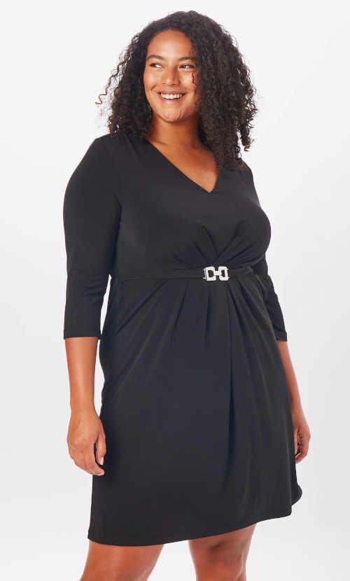 Šaty alebo malé čierne šaty v uhladenom strihu zdobené opaskom